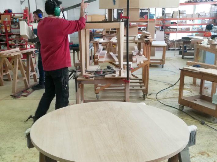 fabrication d'une table ronde en chêne massif dans nos ateliers